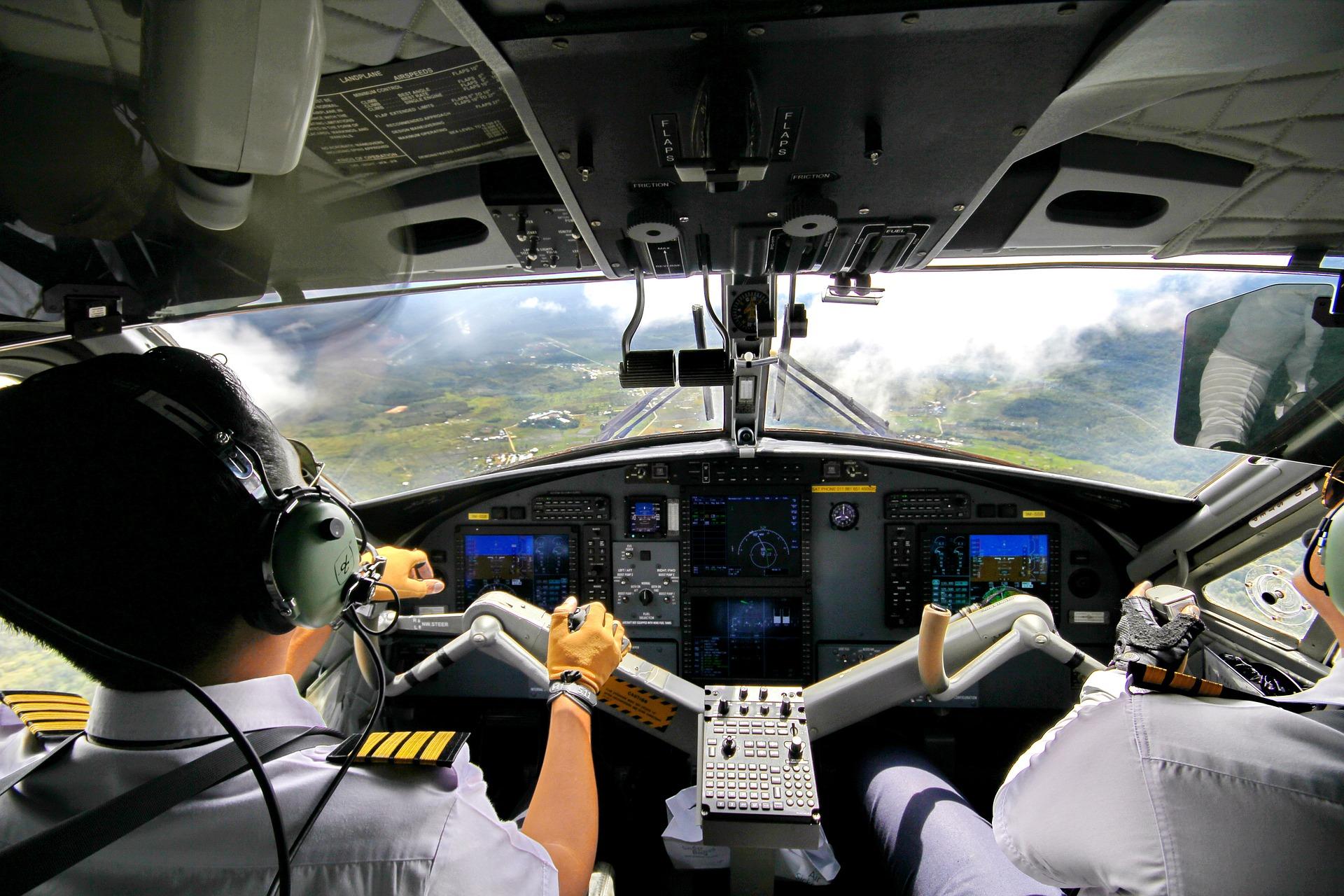 Blick aus Buschflugzeug nach vorne mit Piloten