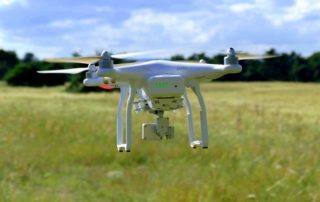 Schwebende 4-motorige Drohne