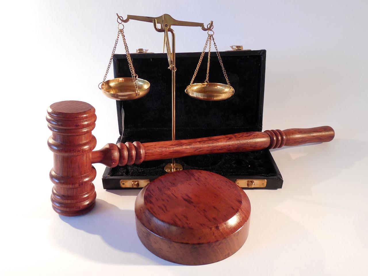 Richterhammer und Balkenwaage
