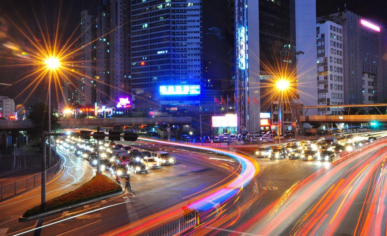 Langzeitaufnahme einer Straßenkreuzung in der Stadt bei Nacht