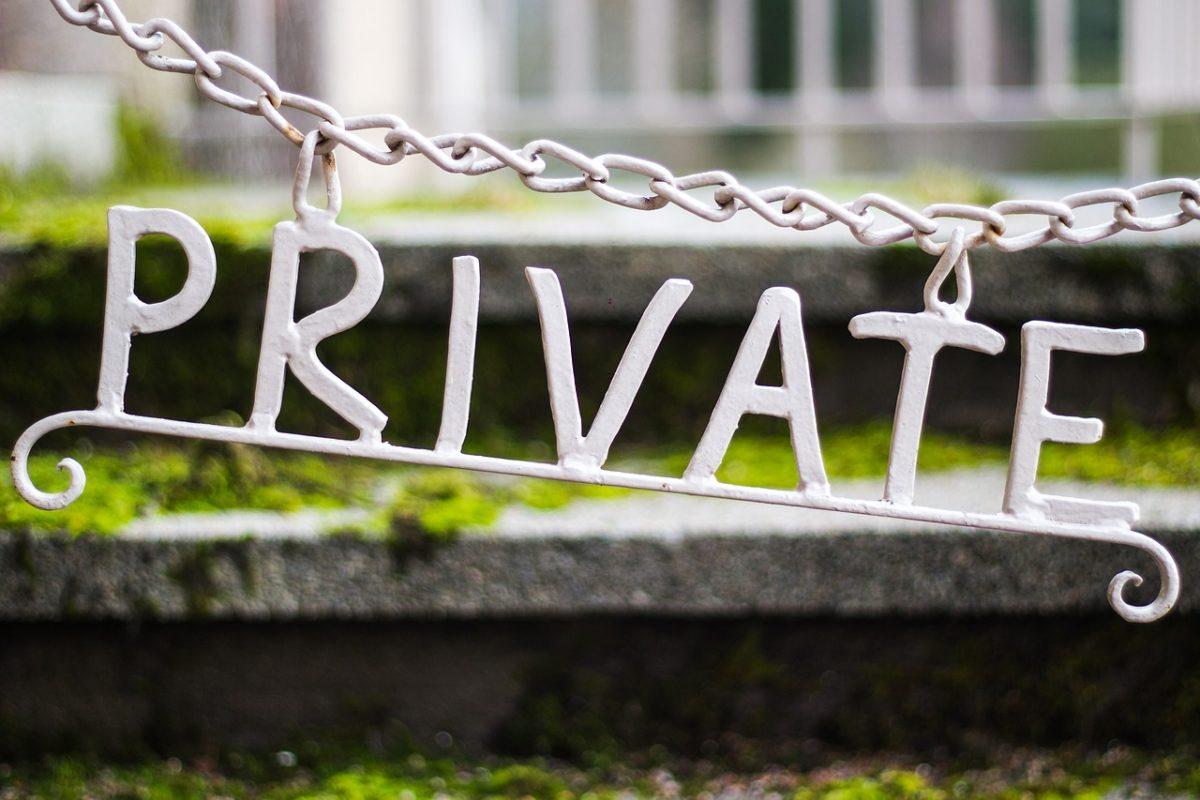 """Anhänger an Sperrkette mit Wort """"private"""""""